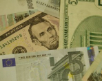 Рубль продолжает теснить евро и доллар